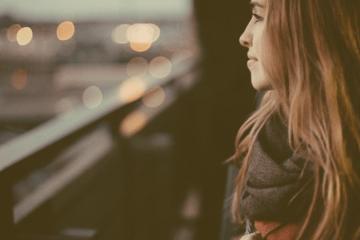 9 Arten wie das zerbrochene, schöne Mädchen anders liebt
