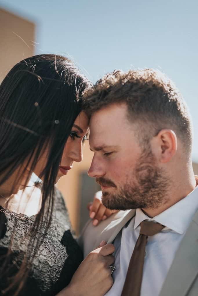 Während ihr Ehemann wartet