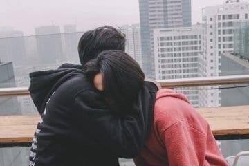 Was es bedeutet, sich in ein Mädchen zu verlieben, das sich nicht für liebenswert hält