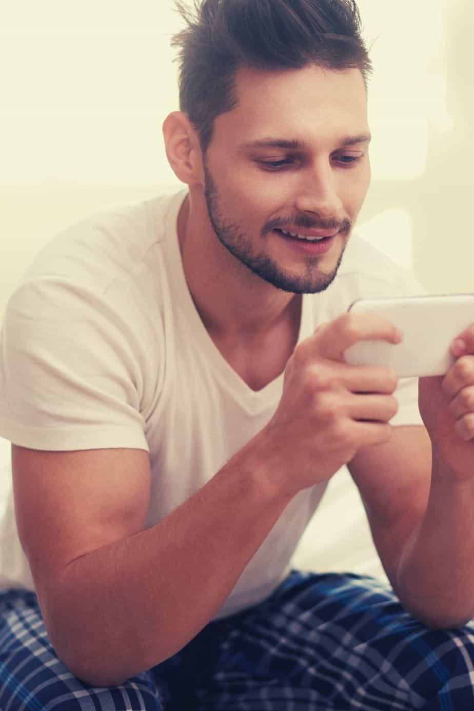 6 Textnachrichten, die er dir schickt, wenn er dich