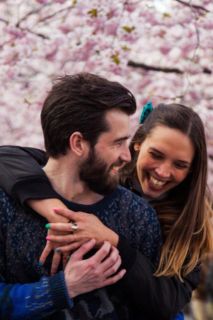 Einen Mann verliebt machen - 12 Tipps, um ihn süchtig nach