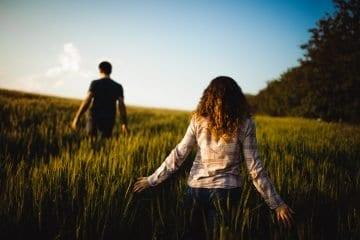 3 Warnzeichen, dass er nicht verliebt in Dich ist (& es Zeit ist, ihn loszulassen)