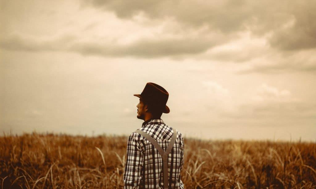 Warum distanzieren sich verliebte Männer (und was Du tun
